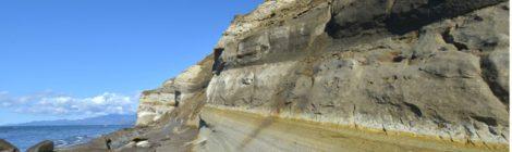 白い断崖絶壁が連なる滝瀬海岸の「シラフラ」